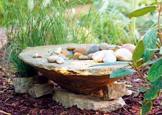 11. DEKOROVANIE Napájadlo môžeme ozdobiť aj zvrchu – rôznymi kamienkami, kvetmi v malom kvetináči alebo sviečkami (aj plávajúcimi).