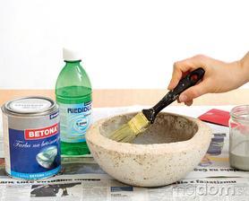 Vnútro kvetináča natrite farbou na betónové povrchy, aby ste znížili jeho nasiakavosť vodou.