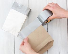 2. Kraje oblepíme lepiacou páskou, aby sme ich spevnili, inak by  sa pri ohýbaní pretrhli.