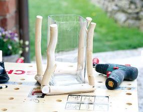 9. TYČKY Na podstavec priskrutkujeme aj štyri zvislé tyčky dlhé ako výška vázy. Skrutky umiestňujeme odspodu.
