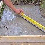 4. VYROVNAŤ Betón vylejeme na štrkové lôžko a vodováhou skontrolujeme jeho rovinu. Necháme vyschnúť.