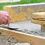 6. NANÁŠANIE Maltu v tenkej vrstve nanesieme na kraje betónového lôžka a prilepíme betónové bloky Madoc Z-block.