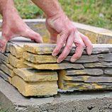 7. LEPENIE Postupne lepíme bloky tak, aby sa navzájom prekrývali.