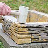 8. VYROVNANIE Každý kus poklepeme gumeným kladivom, aby sa vytlačil prípadný prebytok lepidla.