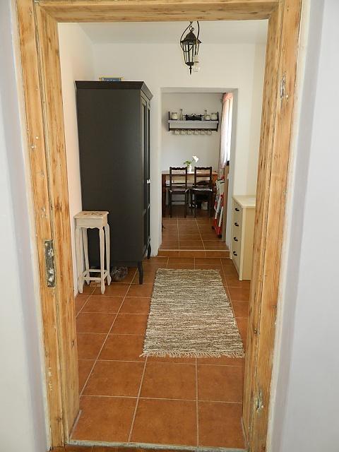 Náš už bývalý domček - pohlad z obyvacky do chodby az kuchyne