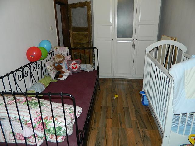 Náš už bývalý domček - chce to aj nejaky koberec a konecne dobrusit a netriet dvere :)