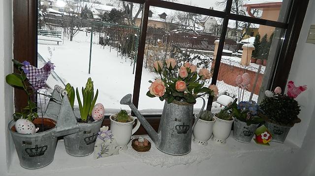 Náš už bývalý domček - Vonku nam nasnezilo ale k nám uz prisla jar :) proste som nemohla odolat a kupila som si u nas taketo krasne plechove nádobky :)