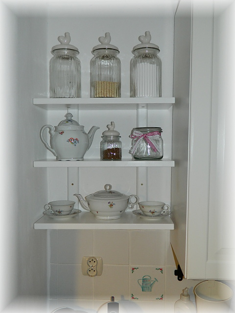 Náš už bývalý domček - konecne som sa dockala policky v kuchyni :)