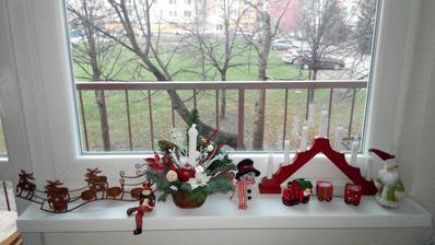 Okno v kuchyni dozdobovali deti :-)