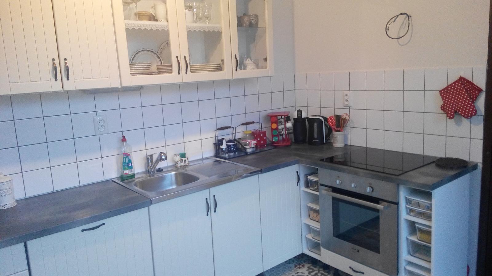 Kuchyňa - Cerveny stojan je na mieste len chce to este dake korenicky vymysliet :-)