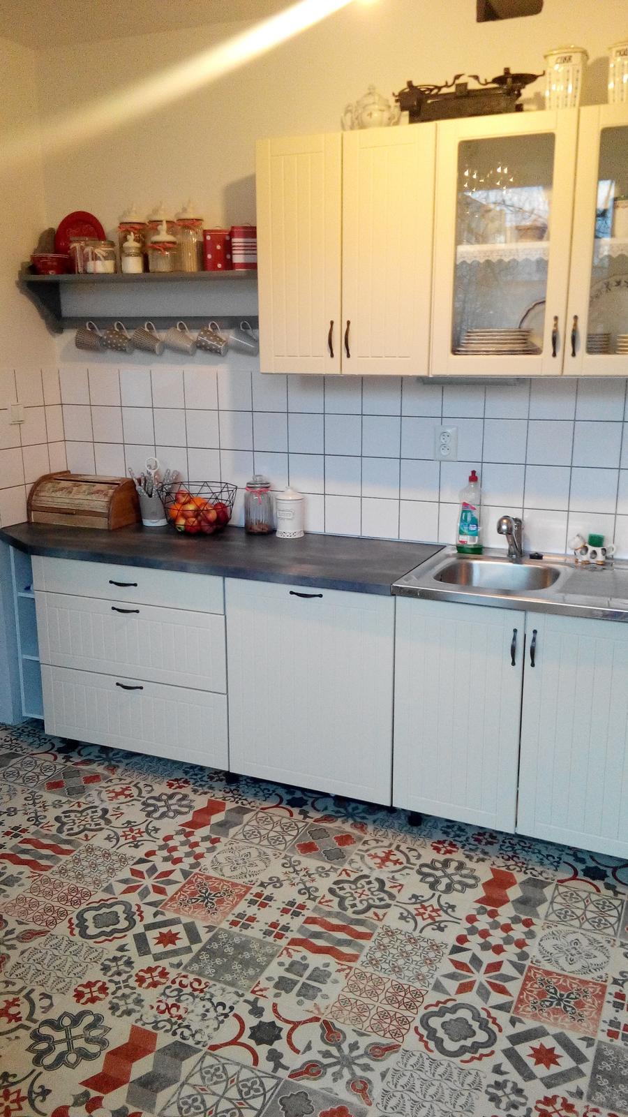 Kuchyňa - Tu uz sa to zlepsilo ale chlebnik bude iny. Rozhodla som sa pre cerveny plechovy :-)