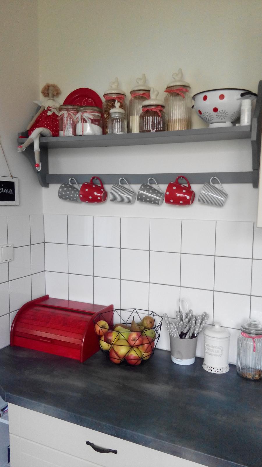 Kuchyňa - Pretrela som aj chlebnik len tato farba presvita tak je vidiet povodny vzor ale nie je to take strasne.