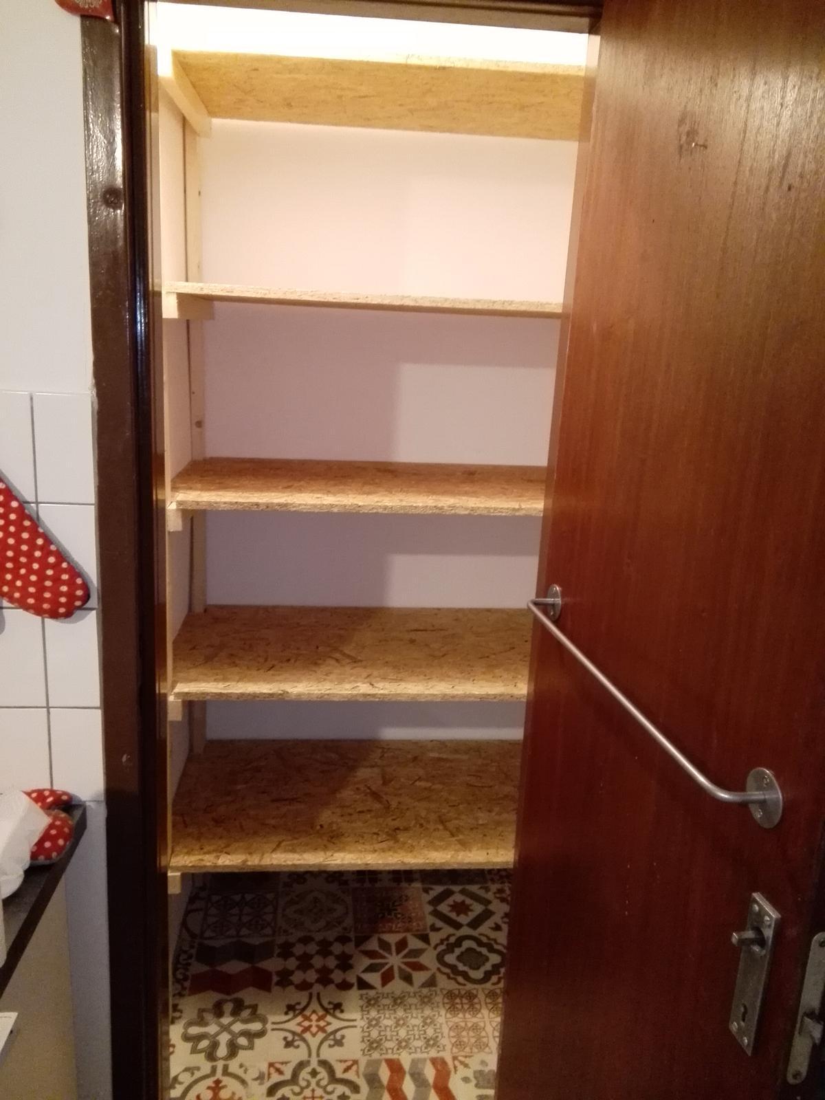 Kuchyňa - Konecne sme spravili nove police do spajze :-) na rade su dvere :-)