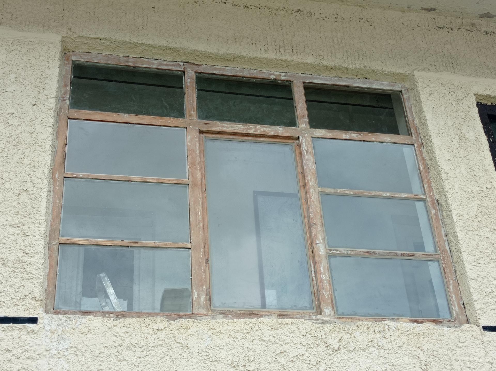 Na chalupe...začíname. - Ked sa tesite ze mate jedno okno konecne opalene a obrusene, vymene rozbite tabule a uz gitujete a potom si spomeniete ze este tri vas cakaju 🤦🙆🤣
