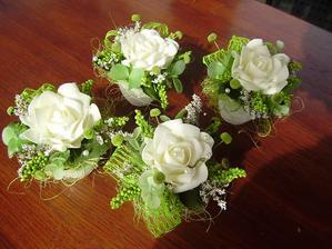 Umělé kytky na stůl a pak se budu krásně vyjímat u nás doma na parapetě.