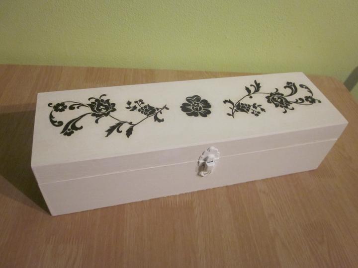 Moje výtvory - A k němu krabička na stužky z dřevěné krabice od vína.