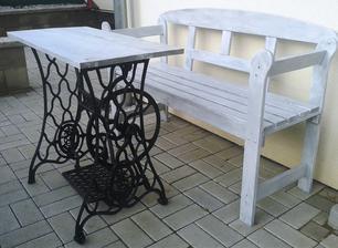 Opravený starý šicí stroj z aukra a natřená lavička z Penny