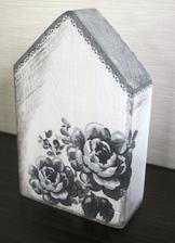 Domeček ze zbytků dřeva+ trocha barvy + ubrousek = dekorace skoro zadarmo :-)
