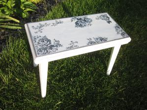 Dřevěnou oprýskanou stoličku jsem vyrvala z rukou paní co jí nesla k popelnicím :-D A jak se mi teď po zrenovování hodí na terásku!