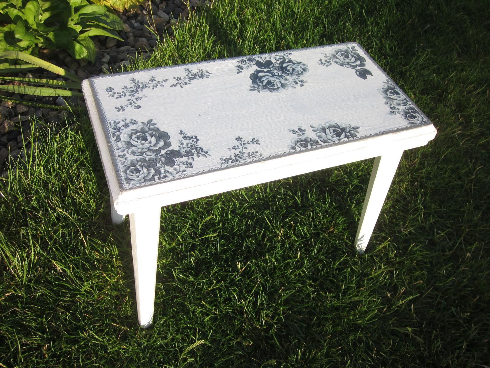 Moje výtvory - Dřevěnou oprýskanou stoličku jsem vyrvala z rukou paní co jí nesla k popelnicím :-D A jak se mi teď po zrenovování hodí na terásku!