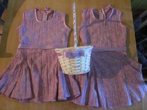 Stužka na šatech a na košíčku je stejná, tak budou holky hezky sladěné :-)