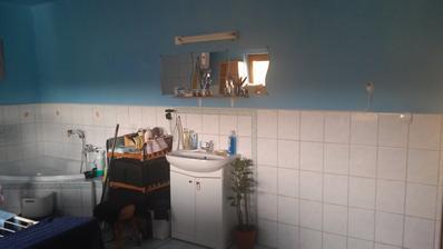 umyvadlo pojde prec a aj cast steny po umyvadlo.ostane cca 1m pultik a vedla bude kuchyna