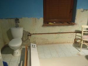 wc pojde pod okno v kupelke, v stene vyburane na vodu do wc