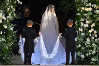 Mladí gentlemanové, kteří nesou Meghan závoj jsou 7-letá dvojčata Brian a John Mulroney - synové Meghaniny nejlepší kamarádky Jessicy Mulroney