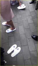 Na párty se pak rozdávaly papučky pro bolavé nohy :-)