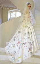Šaty Angeliny Jolie vytvořil Luigi Massi z ateliéru Versace. Děti mu daly své kresby, které on na závoj a zadní část šatů vyšil.