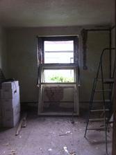 Další okno v ložnici vybouraný.