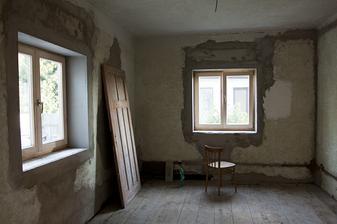 Rohy, perlinka, polystyren a hned jsou to pěkný okna ;-) Natažená a opět začištěná elektrika...