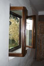 Natřený druhý nový okno, obývák.