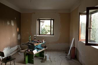 Obývák, začištěný nový okna a natřený. Elektrika hotová.