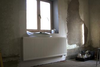 A konečně radiátory... V pozadí začišťěná hrušková opuchlina :-D