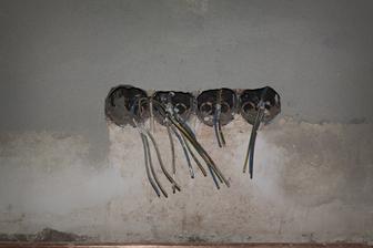 zleva: mikrovlnka spojená s jednou navíc, trouba, lednička