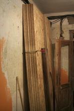 složená podlaha, dnes už jen jeden štůsek - podlaha v kuchyni a obýváku hotová.