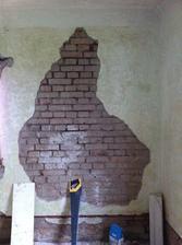 Jedna extra hrušková opuchlina, z druhé strany je starý rozvaděč a tudíž, ztenčená zeď. No a skříně a rosící se zeď udělají taky své...
