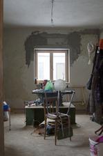 Na čas, přes zimu se ložnice stala dílnou s cirkulárkou a skladištěm...