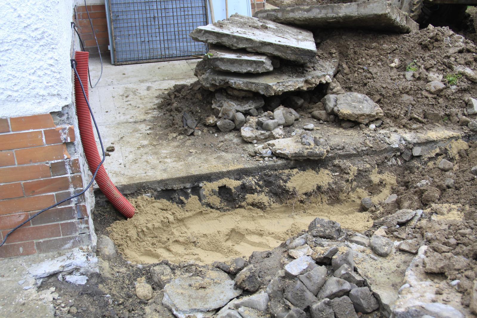 Kopeme kanalizaci a upravujeme terén - Obrázek č. 15