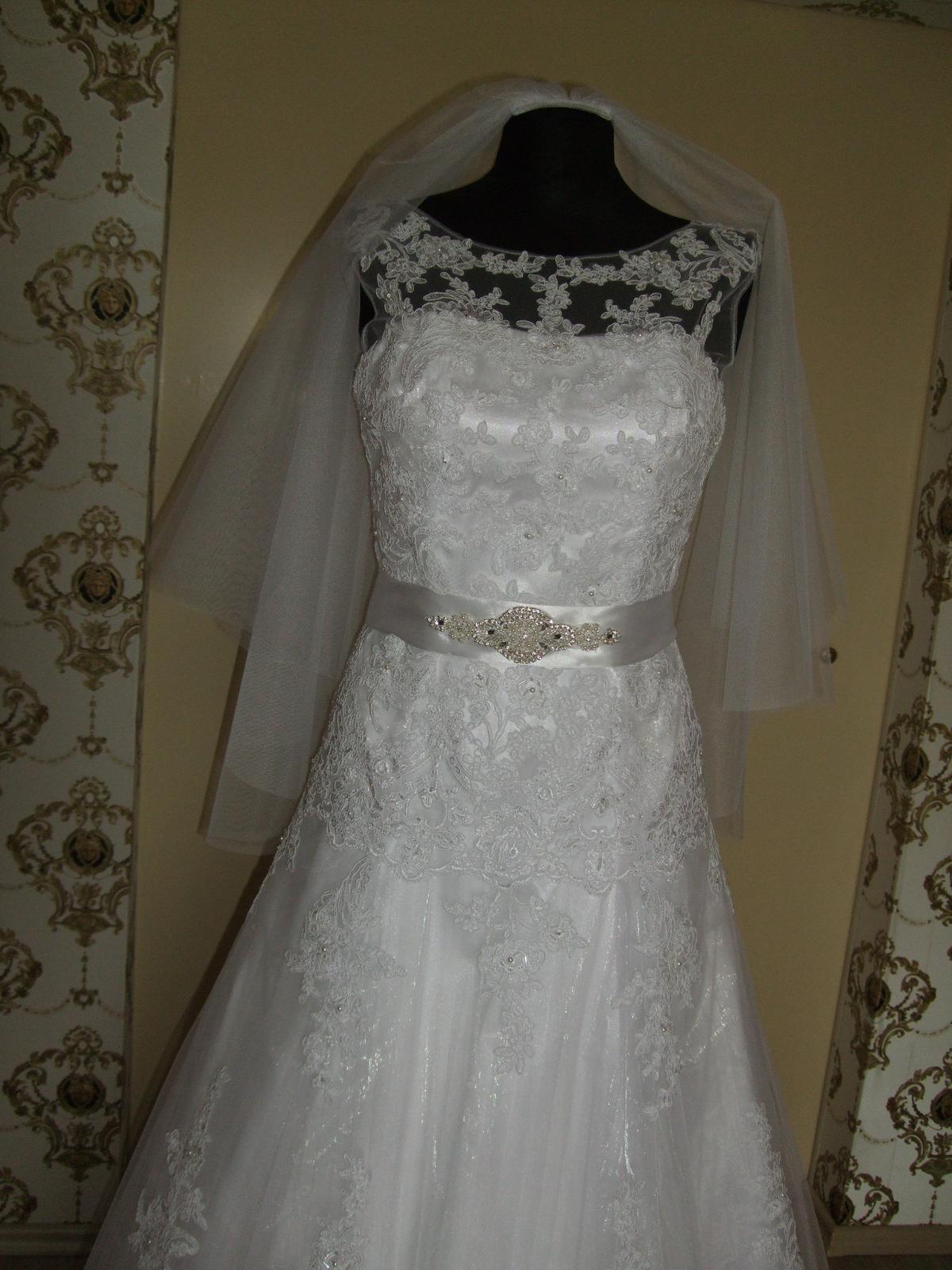 Biele svadobne saty - detailnejsi pohlad na vrchnu cast, na pase satenova stuha so strasovou ozdobou