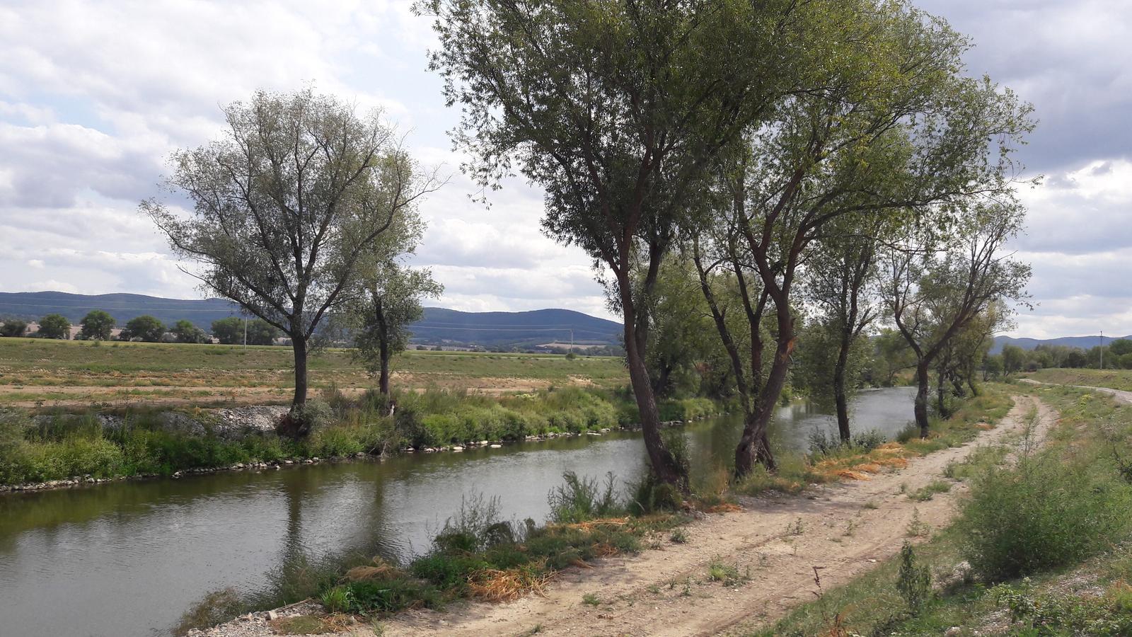 Zaciname stavat nas sen - blizko domu mame rieku a cyklisticku hradzu :)