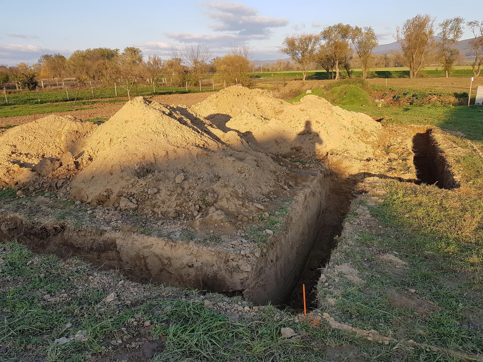 Zaciname stavat nas sen - 21.10. 2017 prvy vykop. Verim, ze domcek bude rast rychlo ako hriby po dazdi :-)