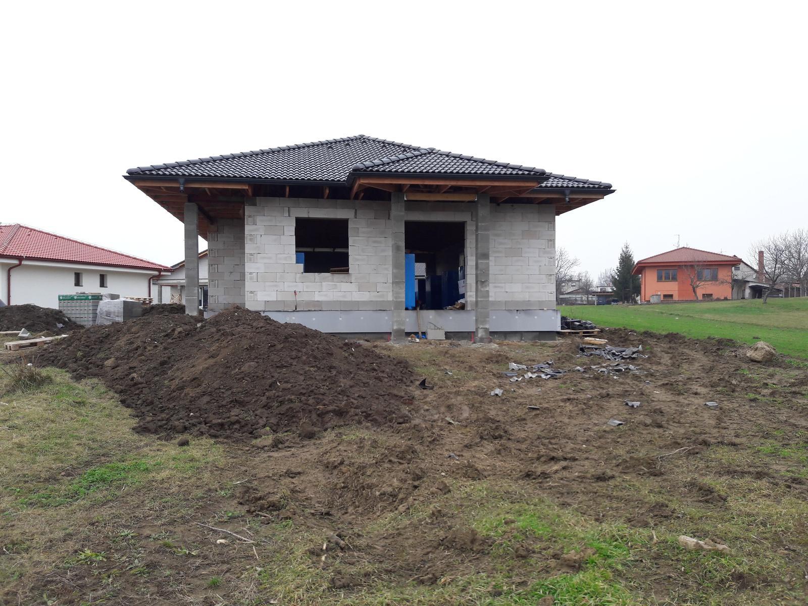 Zaciname stavat nas sen - moja vysnivana strieska nad vchodom :-)