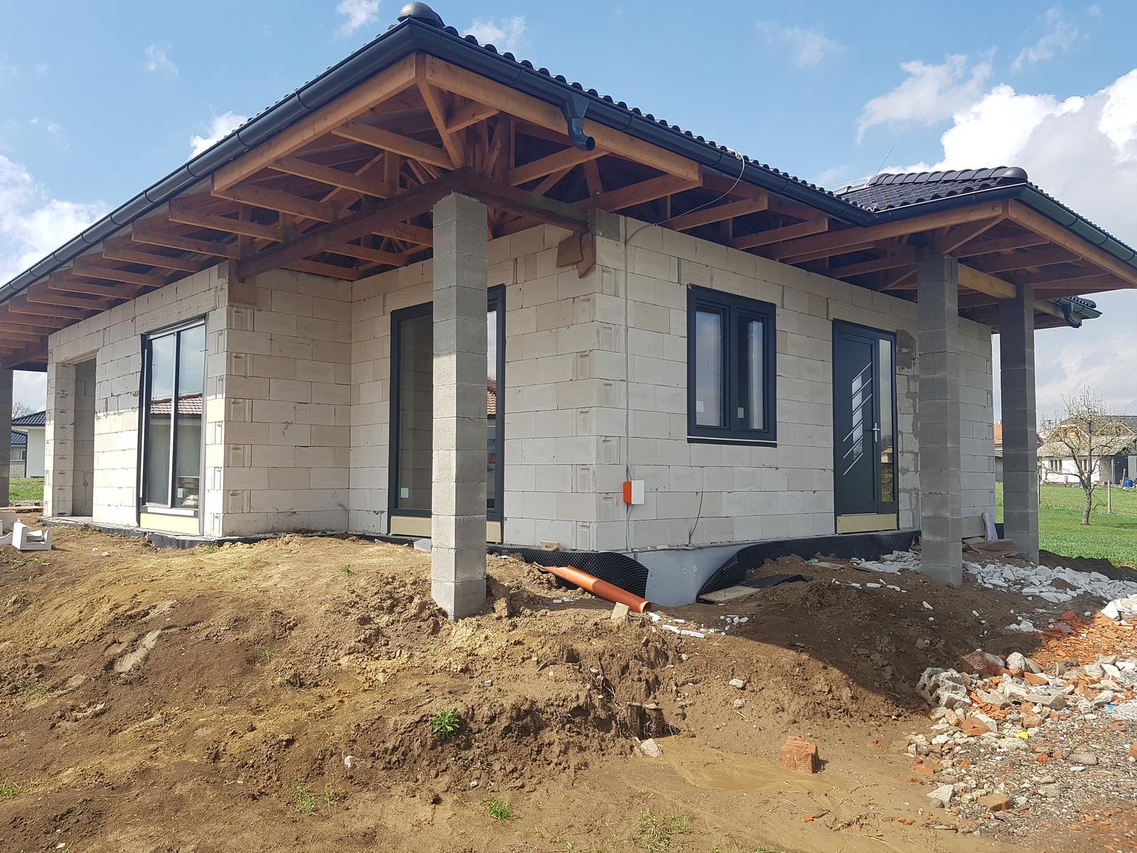 Zaciname stavat nas sen - konecne sme sa dockali okien a dveriii :)