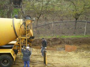 Velke auto nam privezlo beton na zaklady plotu:)