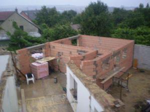 dnes jsme zase o kus pokrocili:),jen nam ted trosku do domecku tece bez te strechy:)