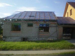 konecne se poklada strech,zase jsme o kousek pokrocili (predni cast)