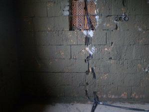 elektrina je uz vsude rozvedena a uz se zaomitavaji steny