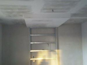 Stropy jsou hotove,v obyvaku jsme si nechali snizit strop+mame rampu na televizi-na tu kovouvou konstrukci pak pujde drevena deska